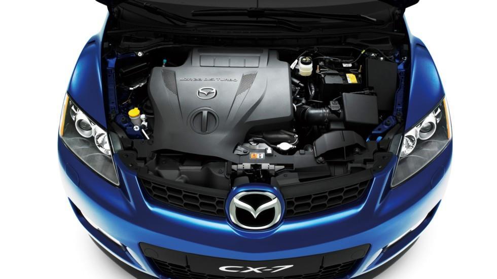 На фото: под капотом Mazda CX-7 (ER) '2006–09
