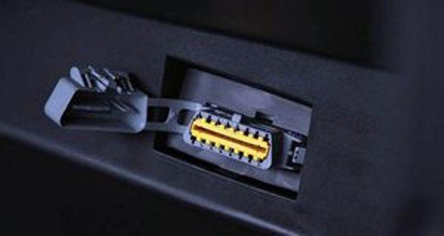 Разъем OBD-2 для диагностики - в него следует подключить адаптер