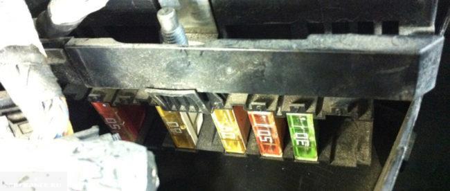 Извлечение предохранителя за Engine management system faulty на Пежо 308