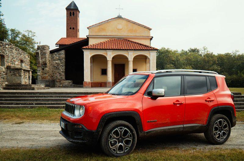 На фото Jeep Renegade в красном цвете