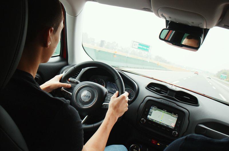 Jeep Renegade едет по шоссе - фото водителя