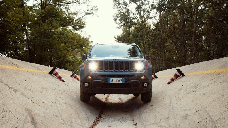 На фото тест драйв Jeep Renegade Trailhawk