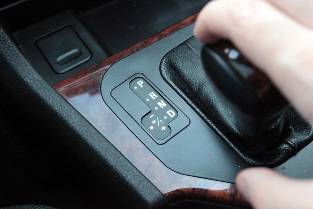 Переключение селектора коробки передач в положение Drive