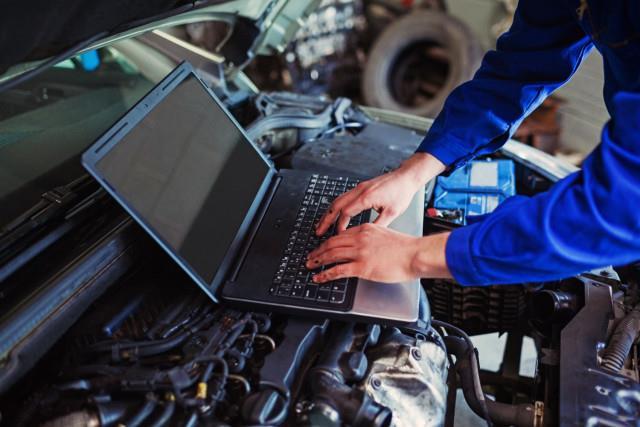 пустоСпециалист на СТО производит диагностику бортового компьютера авто