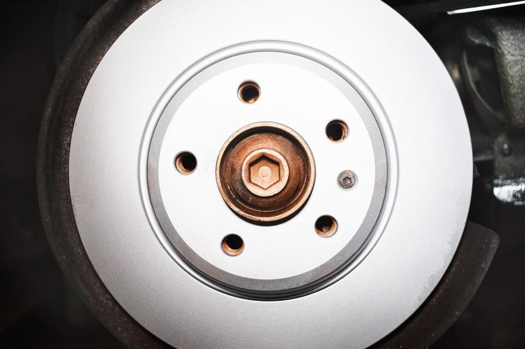 Новый тормозной диск Ауди Q5 закреплён