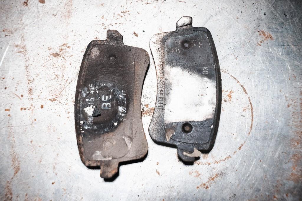 Старые тормозные колодки Ауди Q5