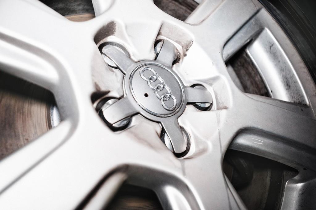 Снимаем заглушки и откручиваем колесо