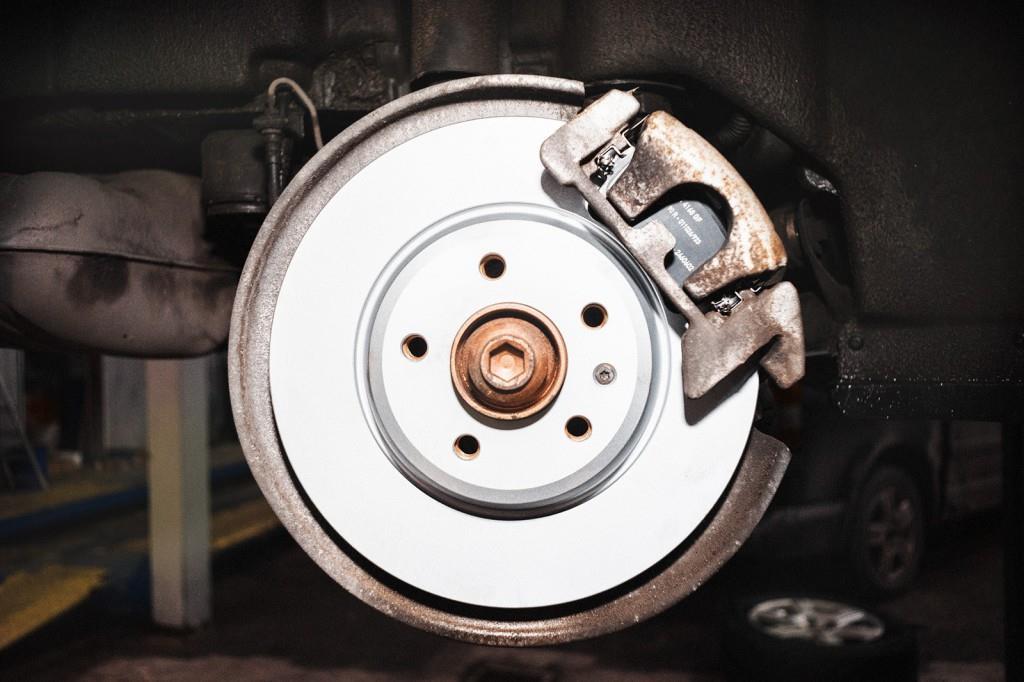 Новые тормозные колодки и диски Ауди Q5 готовы исправно трудиться