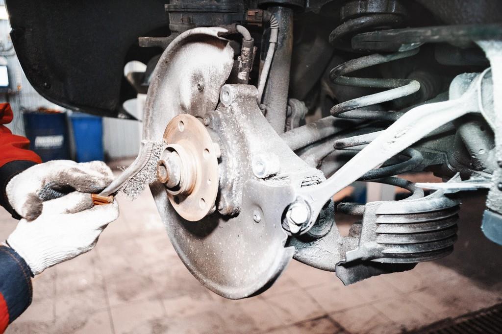 Очищаем место для нового тормозного диска Ауди Q5