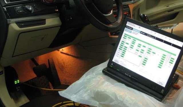 Подключение ноутбука со сканером к специальному диагностическому разъем авто