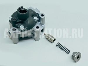 Масляный насос с цепным приводом от ведущего вала. Это единый узел, и его придется заменить при повреждении редукционного клапана.