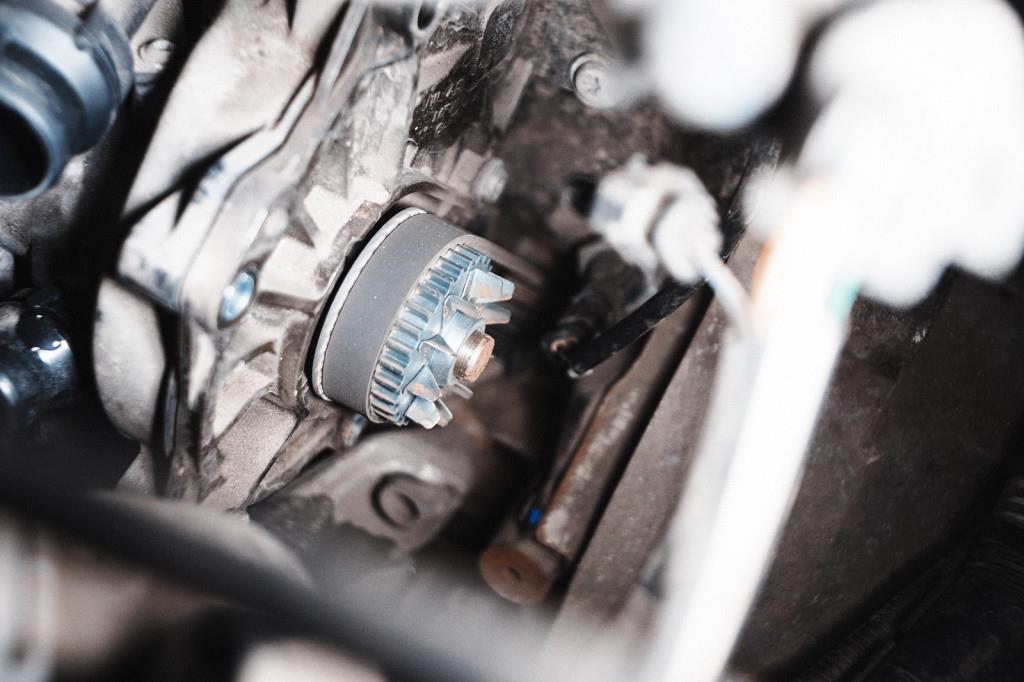 Снимаем ремень насоса термостата Ауди А4