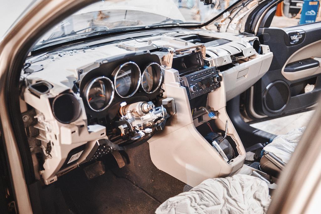 Додж Калибр с демонтированной инструментальной панелью
