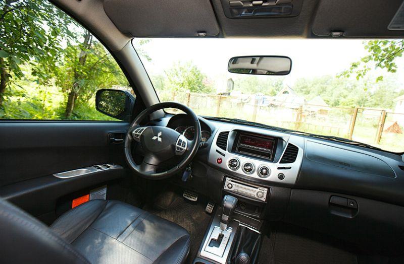 Mitsubishi L200: на фото интерьер салона