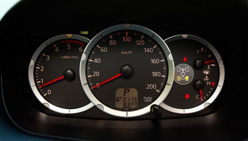 Mitsubishi L200 - фото приборной панели