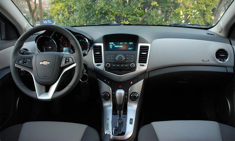 На фото салон Chevrolet Cruze выпуска 2014