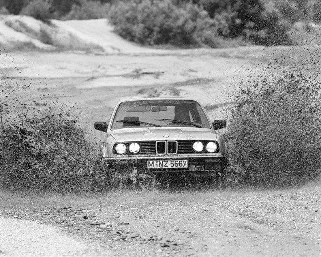 Автомобиль BMW с системами xDrive и Dynamic Performance Control на дороге